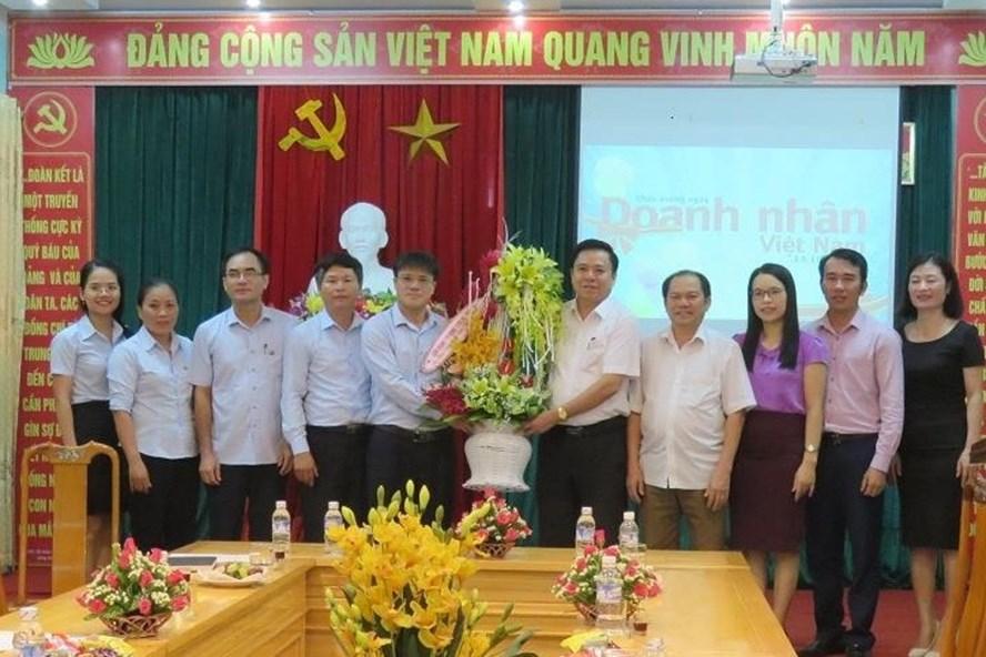 LĐLĐ Hà Tĩnh chúc mừng doanh nghiệp nhân ngày doanh nhân