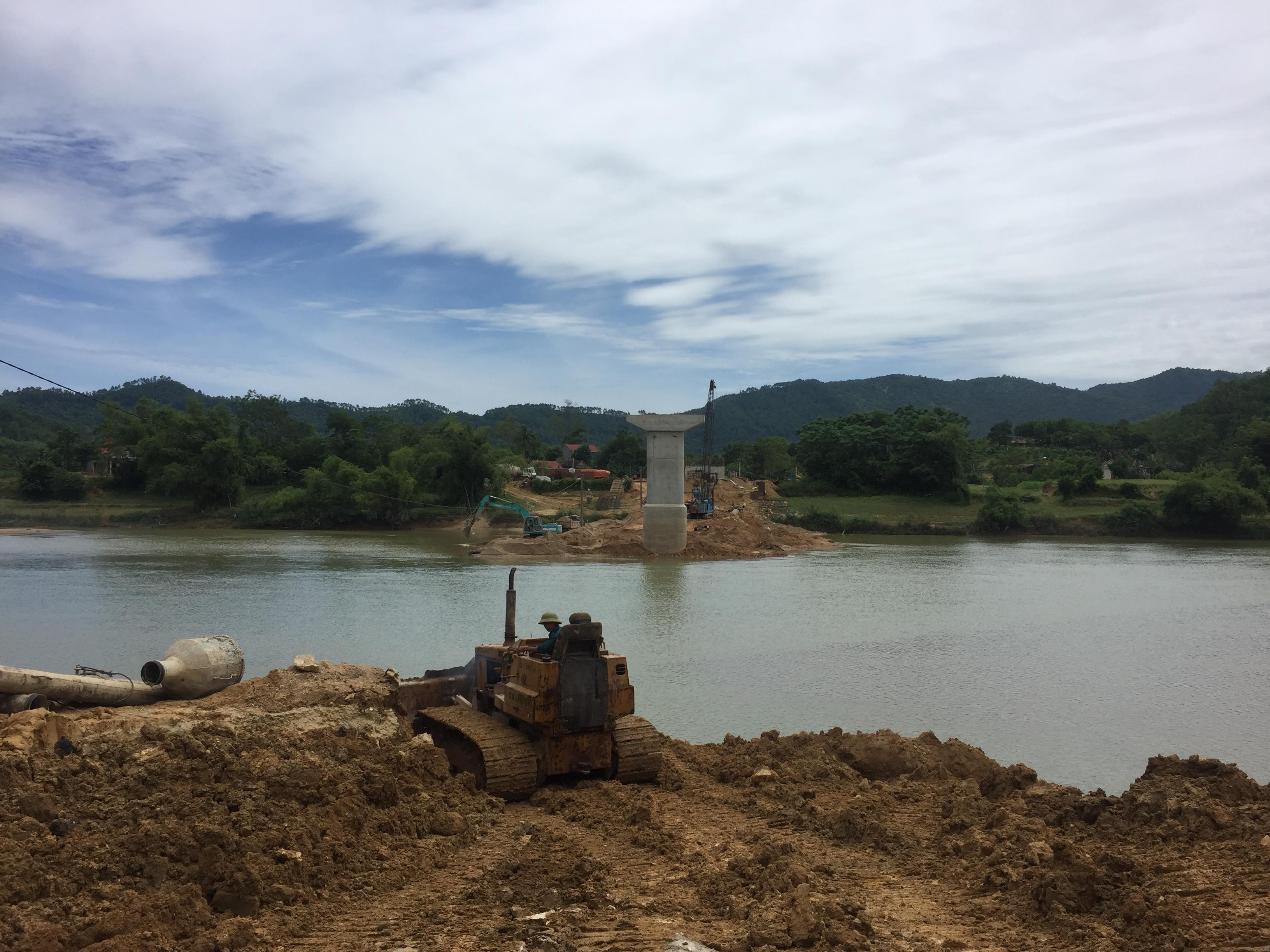 Lãnh đạo Sở GTVT kiểm tra tiến độ thi công công trình cầu Liên Hòa, huyện Vũ Quang