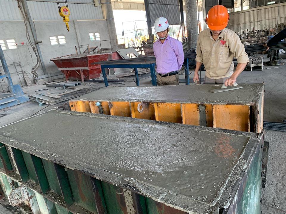 Thi công đổ thử vật liệu bê tông mới để đúc cấu kiện mương thành mỏng bằng bê tông cát mặn, bê tông tro bay