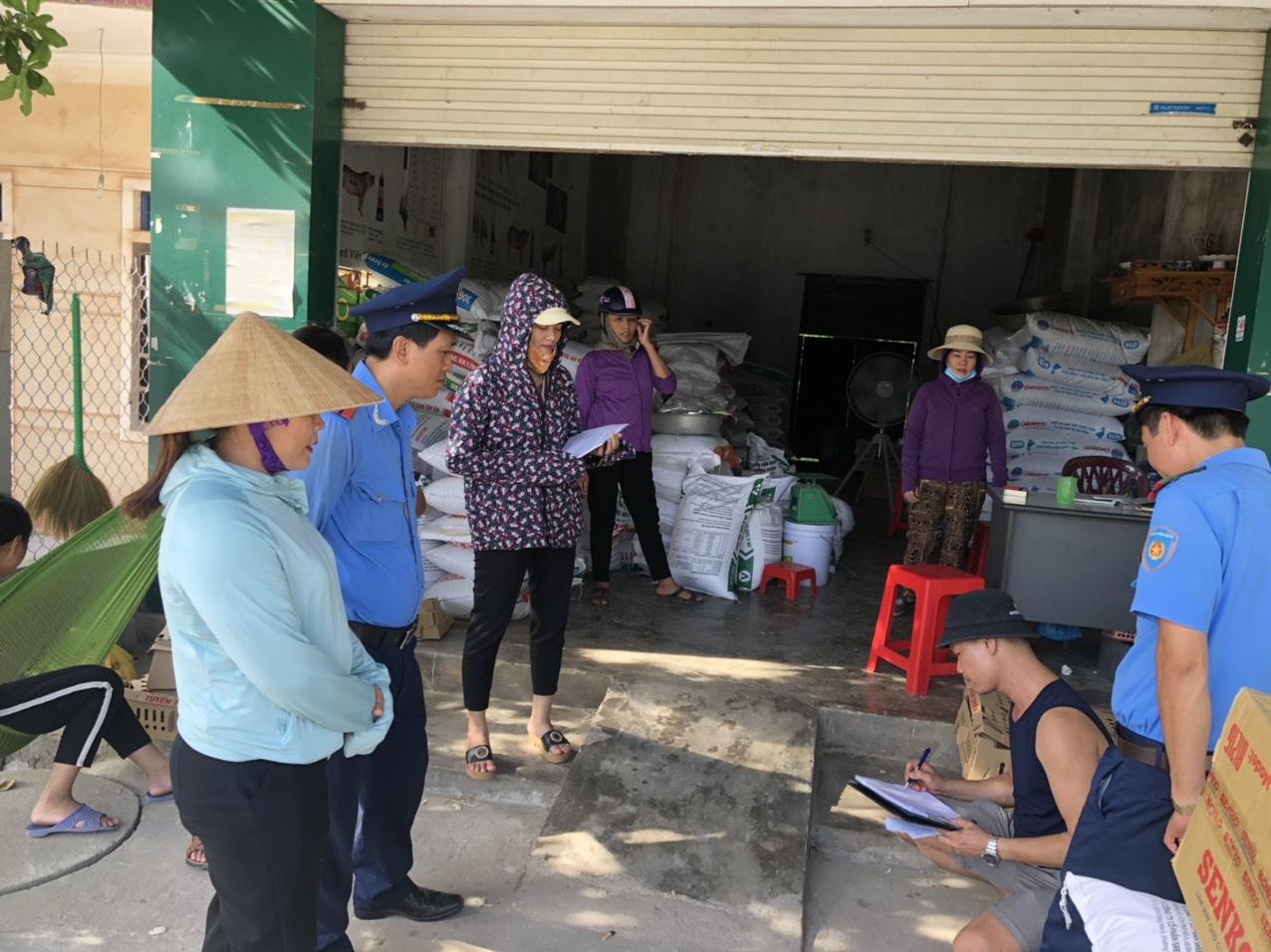 Thanh tra Sở GTVT Hà Tĩnh ra quân tuyên truyền giải tỏa hành lang an toàn giao thông.