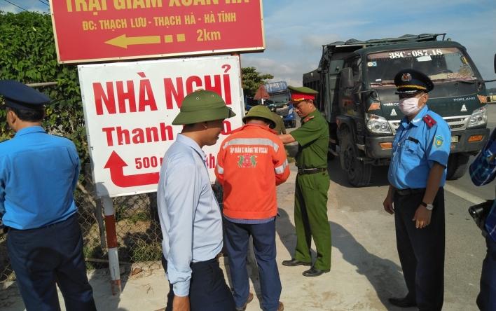 Thanh tra Sở phối hợp giải tỏa hành lang an toàn giao thông.