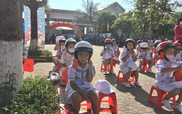 Tổ chức trao tặng gần 23.000 mũ bảo hiểm cho học sinh...
